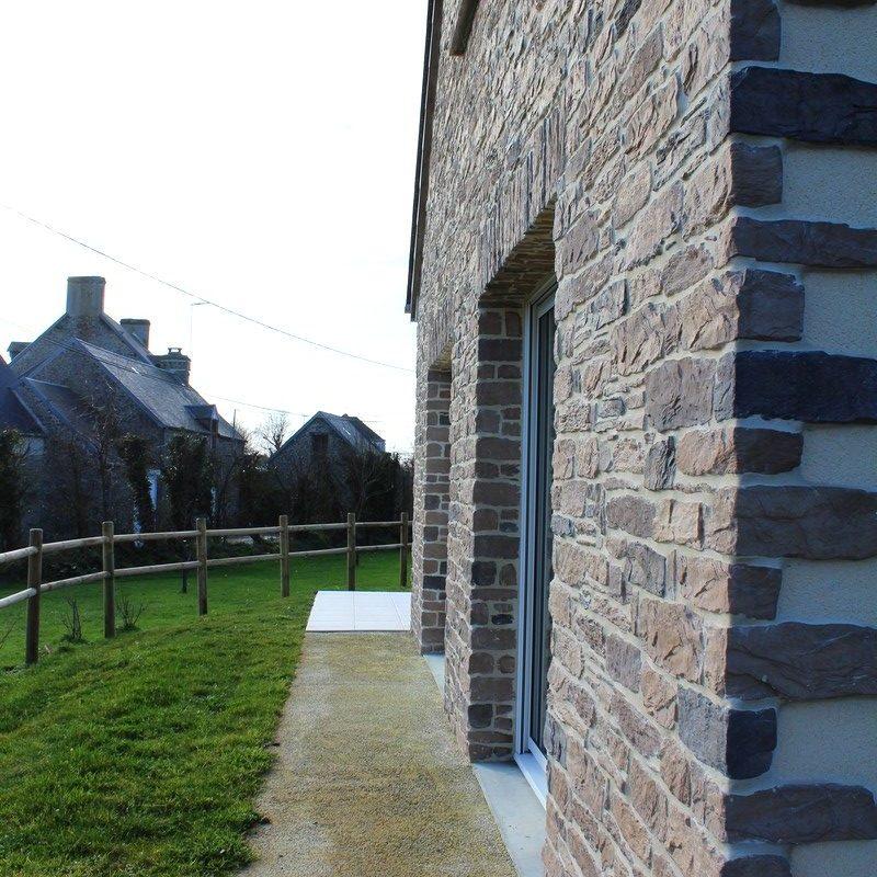 Passez le long de la façade de pierre pour accéder à la deuxième partie du jardin