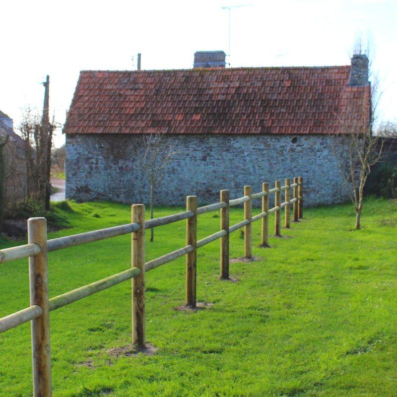 Flânez dans le jardin à l'arrière de la maison, clôturé et agréablement exposé