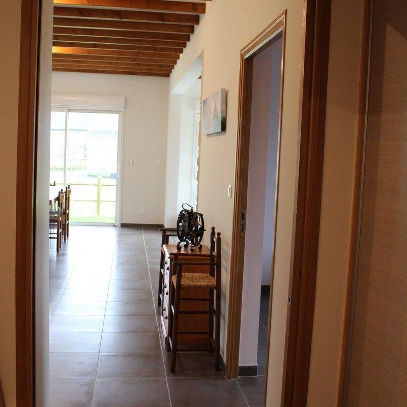 Accédez au salon par un large couloir clos de grandes portes coulissantes