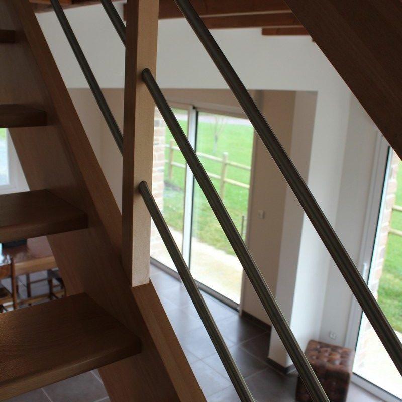 Montez les escaliers de bois pour passer du salon du rez-de-chaussée à l'étage
