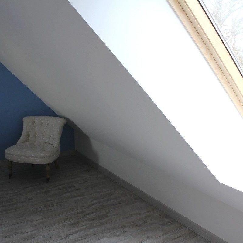 Passez dans la grande chambre bleue lumineuse et confortable dotée de deux fenêtres pour un moment de calme