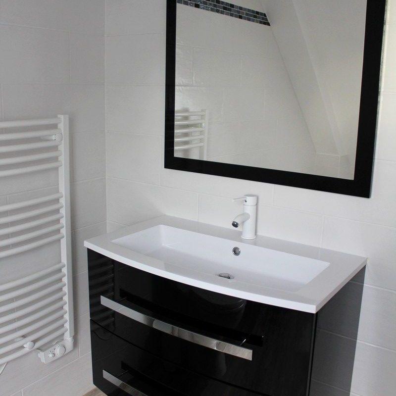 Profitez du lavabo contemporain et du sèche-serviette électrique pour un confort optimal