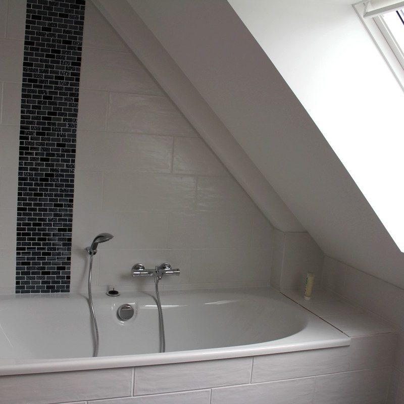Détendez-vous dans un bain relaxant sous la fenêtre de toit sans vis à vis