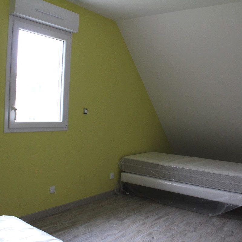 Découvrez la chambre des amis ou des enfants dotés de deux lits simples flambant neufs