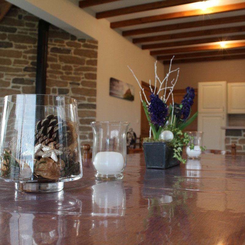 Profitez de moments conviviaux dans la salle à manger ouverte sur la cuisine et le salon grâce à sa grande table rustique de bois massif