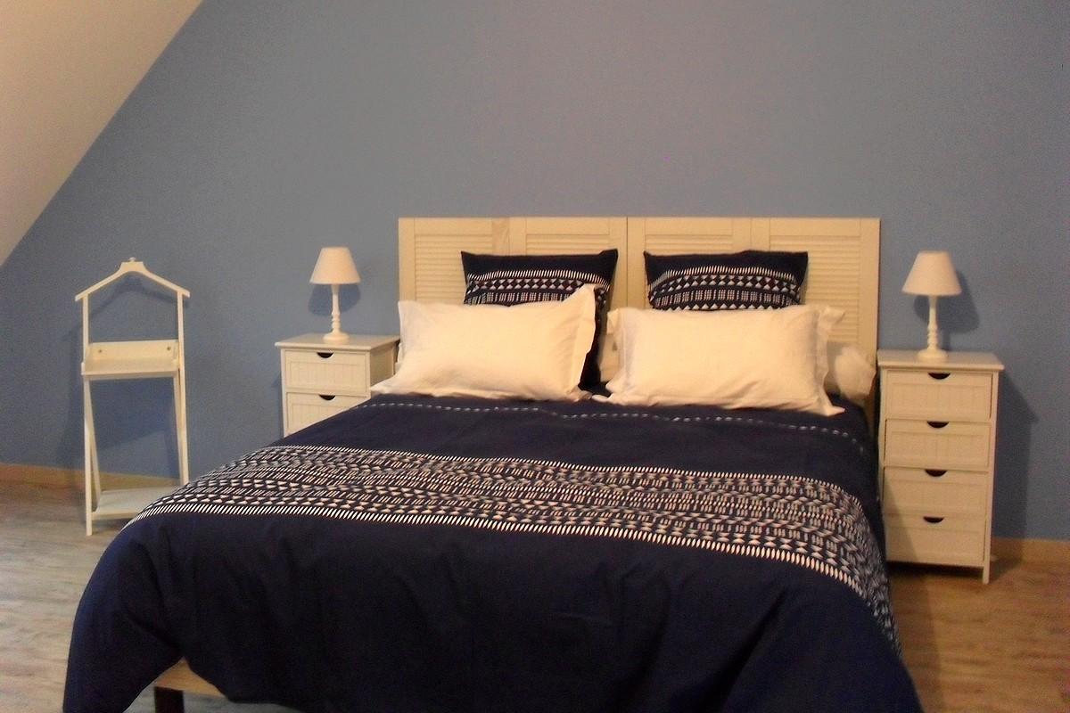 Chambre bleu océan à l'étage avec deux fenêtres